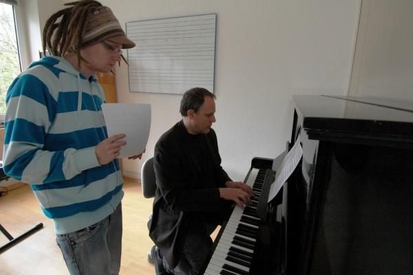 Schüler und Lehrer am Klavier