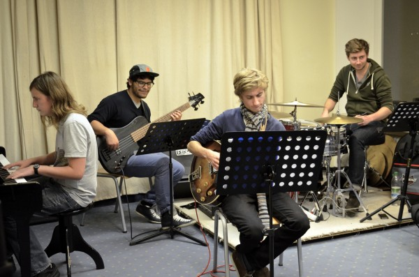 Schüler spielen e-Gitarre