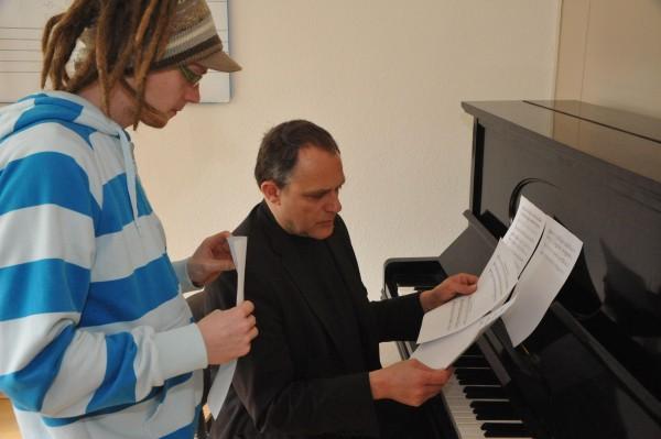 Lehrer und Schülerin am Klavier